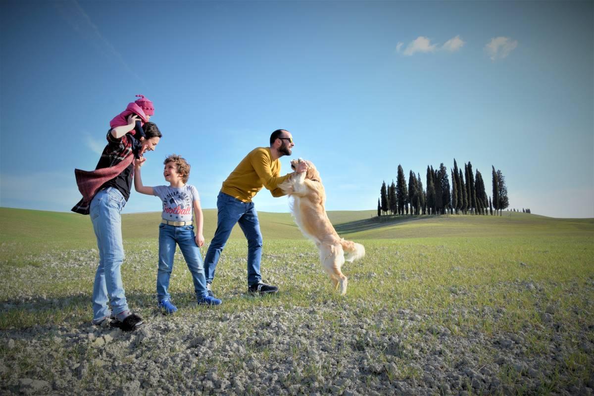 famiglia con cane in toscana