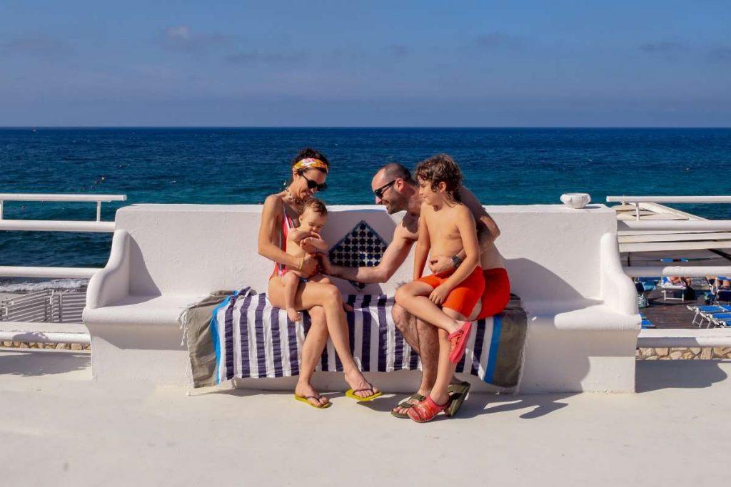 famiglia con due bambini al mare