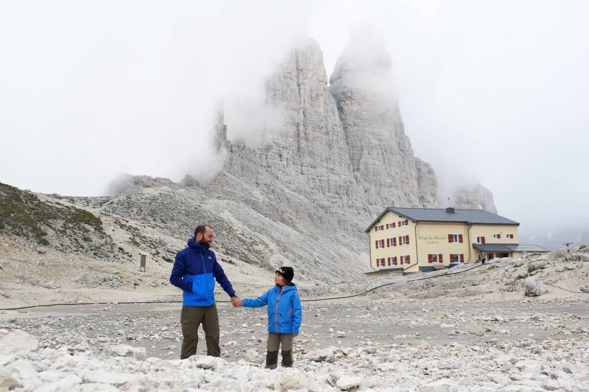 papà e figlio in rifugio alpino sulle dolomiti