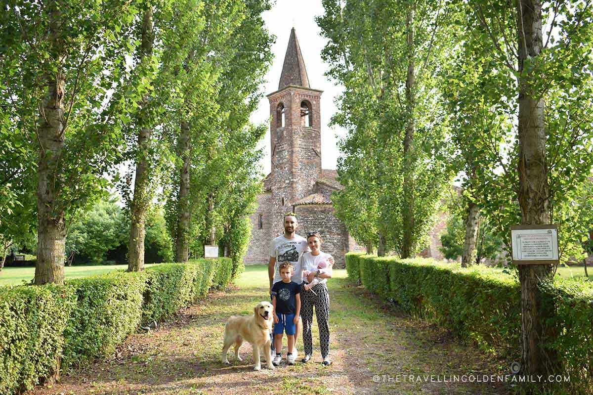 famiglia con cane davanti ad una chiesa