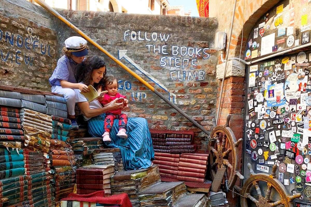 mamma con bambini che leggono