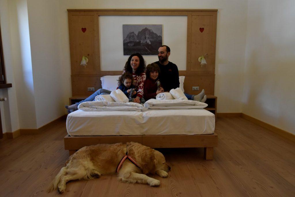 famiglia con il cane in hotel panorama