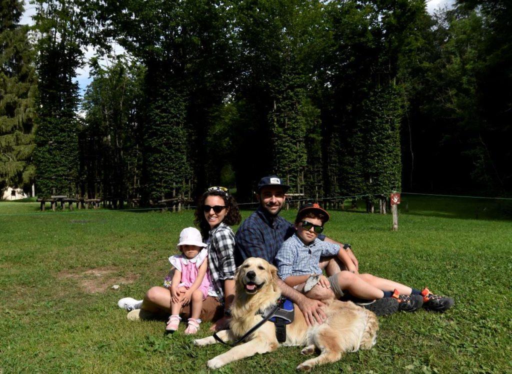 famiglia con cane in un museo a cielo aperto