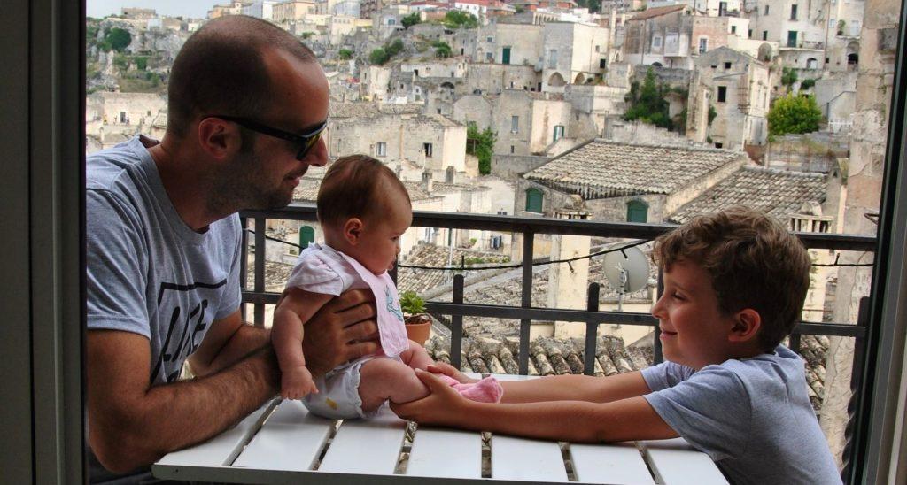 papà e figli in balcone