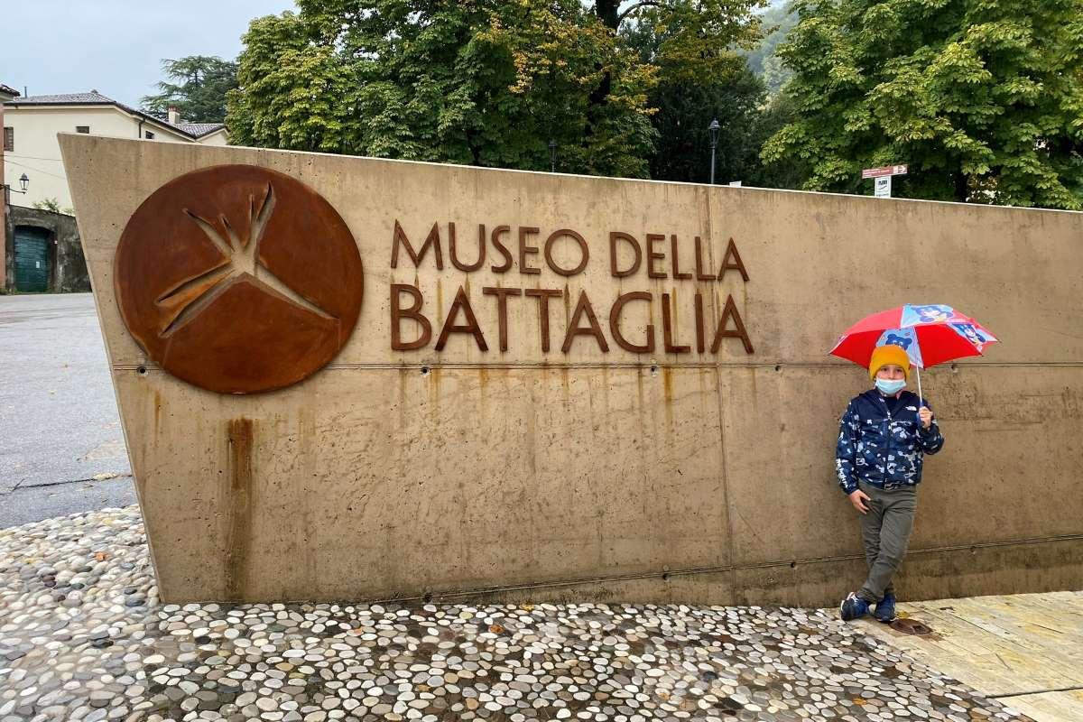 bambino al museo della battaglia