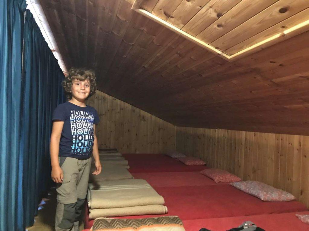 bambino in camerata in un rifugio alpino