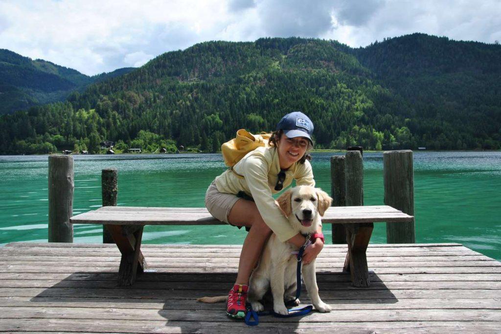 ragazza che abbraccia cane al lago