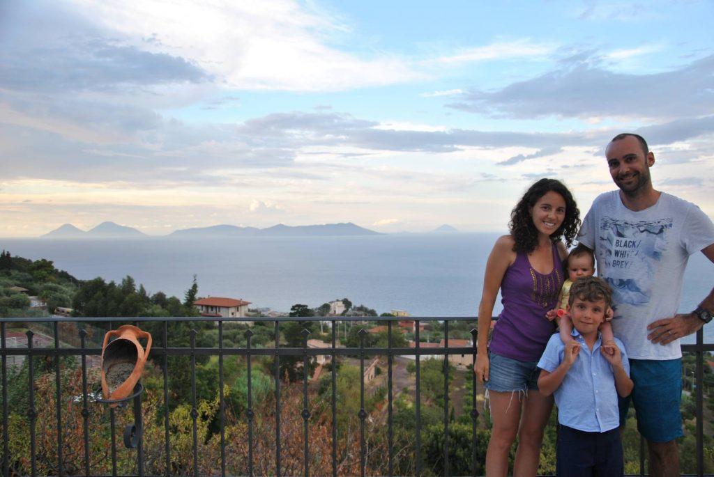 famiglia con le isole eolie sullo sfondo