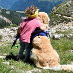 bambina che abbraccia il cane