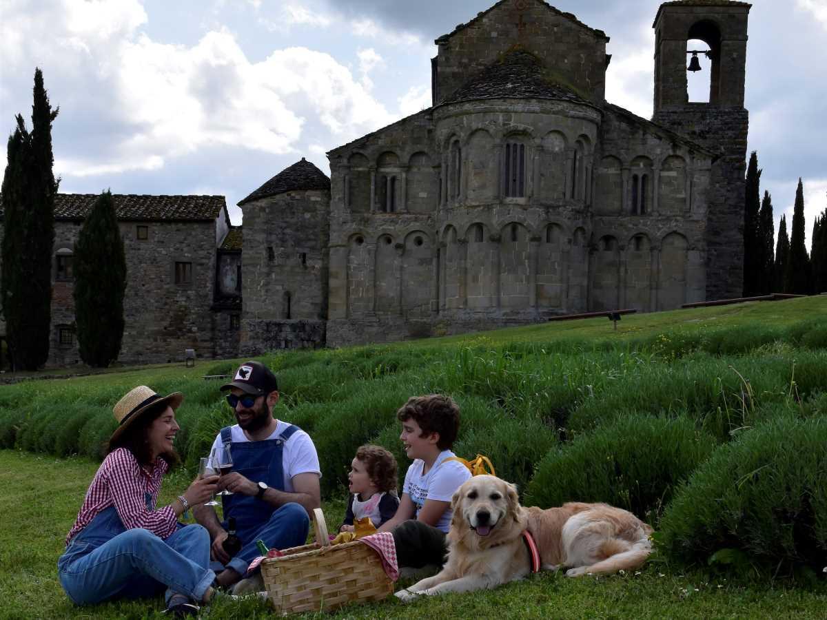 famiglia che fa picnic